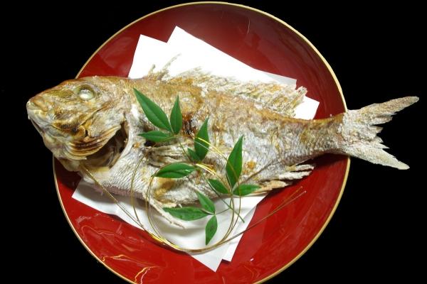 お七夜は大きな鯛で「鯛家喜者(やきもの)」